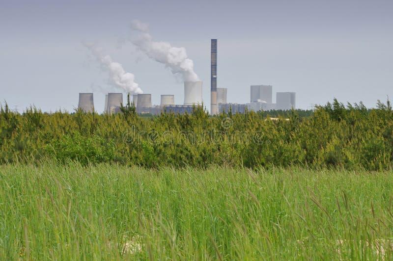 Central energética e campo - poluição e energia foto de stock royalty free