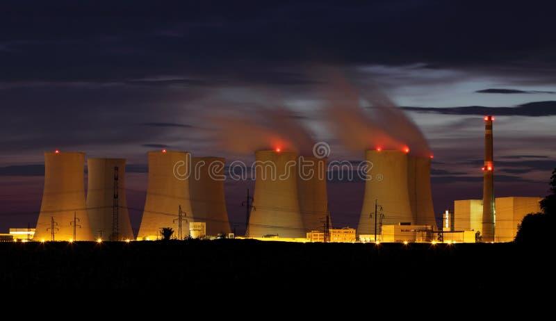 Central energética nuclear em a noite fotografia de stock royalty free