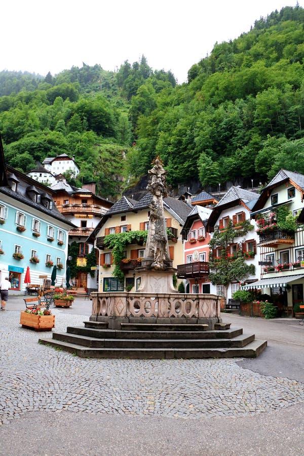 Central fyrkant av den Hallstatt byn i Österrike royaltyfri bild