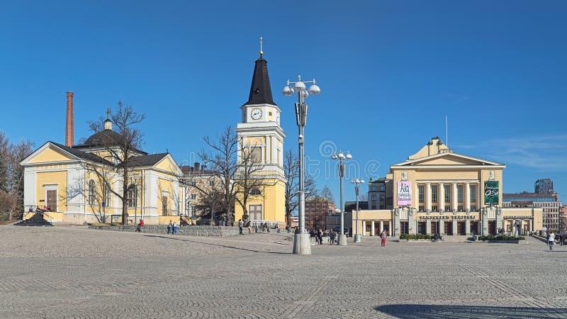 Central fyrkant med den gamla kyrkan, klockstapeln och teatern i Tammerfors, Finland royaltyfria foton