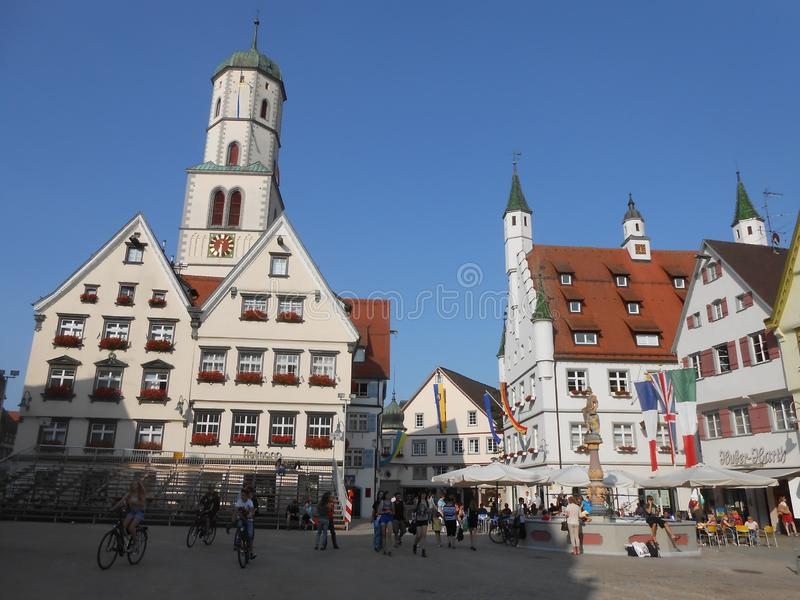Central fyrkant med townhallen i Biberach, Tyskland arkivfoto