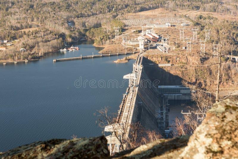 Central hidroeléctrica en el río Yeniséi en Siberia cerca de Krasnoyarsk Depósito de Krasnoyarsk industrial foto de archivo