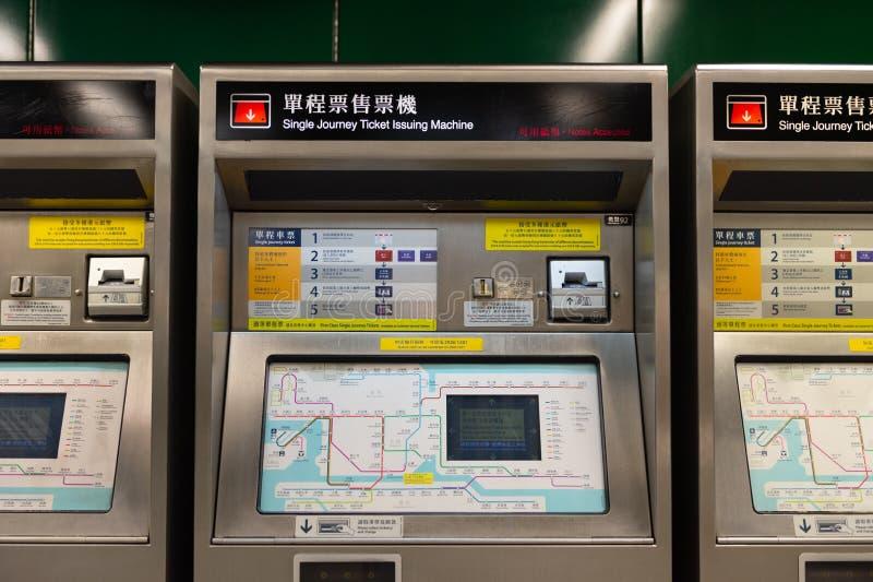 Central, Hong Kong - CERCA do abril de 2018: Único bilhete da viagem que emite a máquina foto de stock royalty free