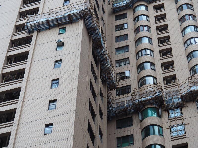 Central, Hong Kong - 1 de noviembre de 2017: andamio del bambú proporcionar una plataforma para el trabajo de mantenimiento a gra foto de archivo libre de regalías