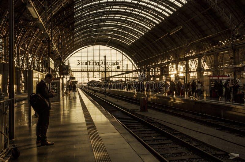 Central järnvägsstation i Frankfurt - är - strömförsörjning, Tyskland royaltyfria bilder