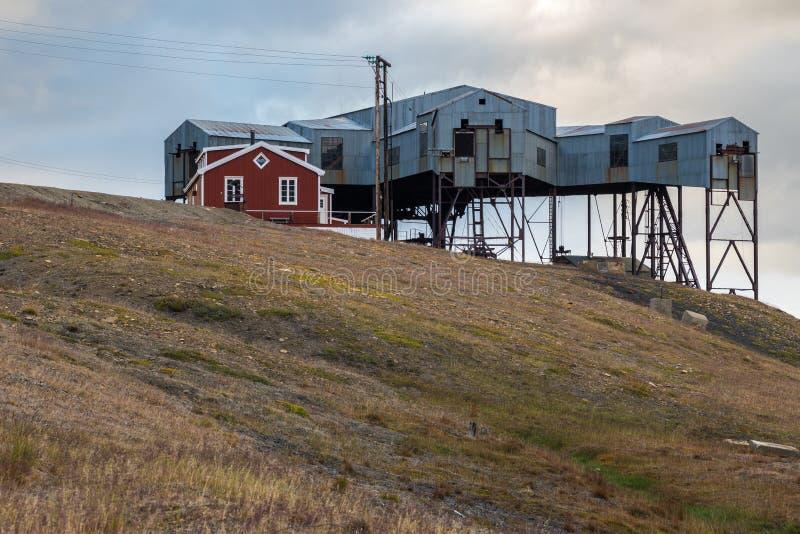 Central kabelstation i Svalbard van vid transportkol royaltyfri fotografi