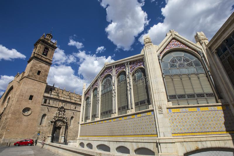 Central marknad av Valencia och kyrkan av Santos Juanes royaltyfri foto