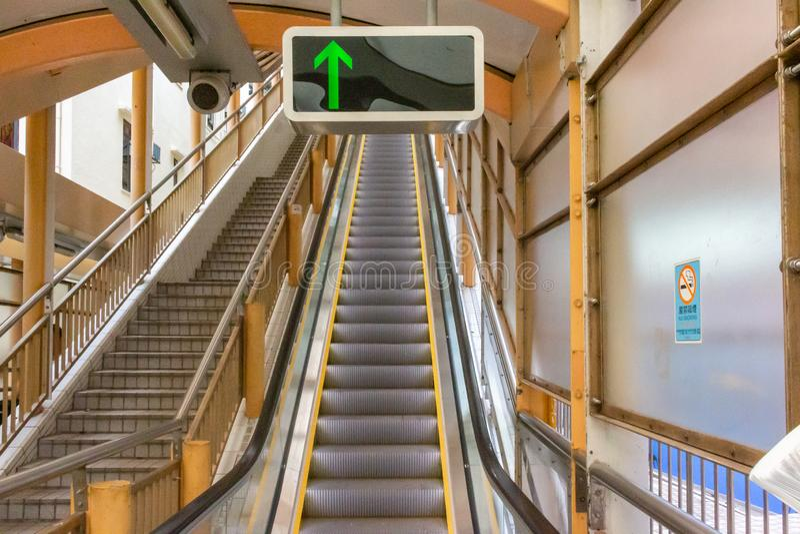Central-Mitt--nivåer rulltrappa i Hong Kong royaltyfria bilder