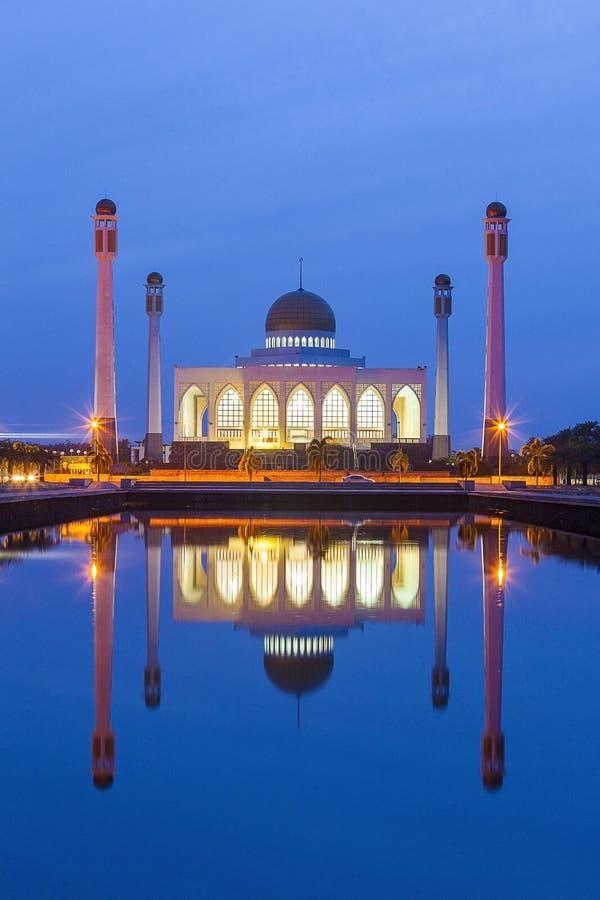Central moské som är härlig på blå himmel av solnedgången, Hatyai, Songkhla arkivbild