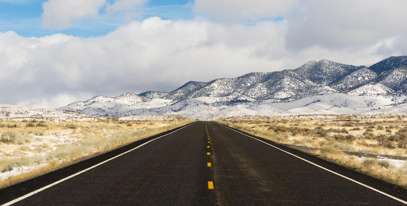 Central Nevada Highway för handfat för vinterlandskap panorama- stor royaltyfri fotografi