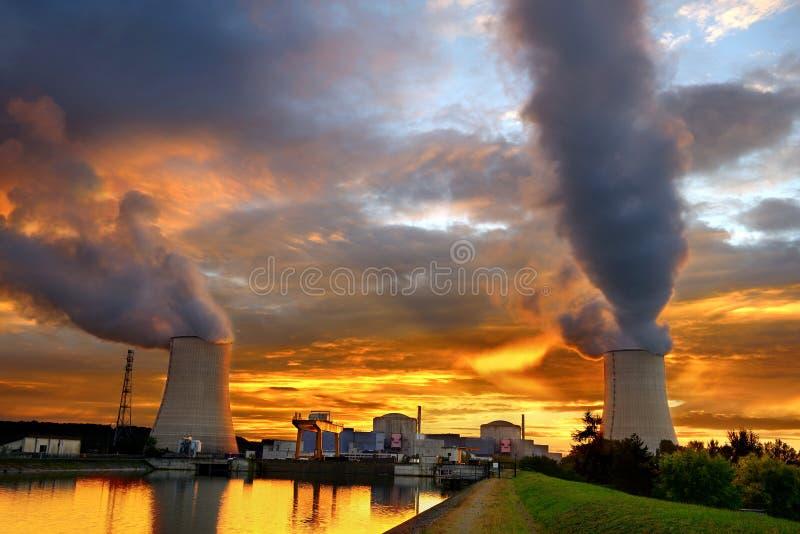 Central nuclear de la puesta del sol imágenes de archivo libres de regalías