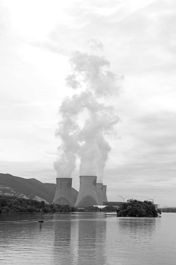Central nuclear el río Rhone, Cruas, Francia foto de archivo