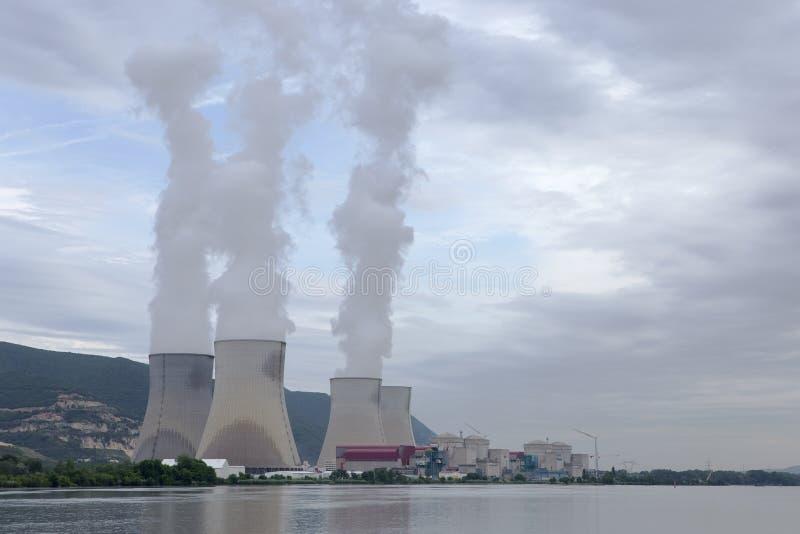 Central nuclear el río Rhone, Cruas, Francia fotos de archivo libres de regalías