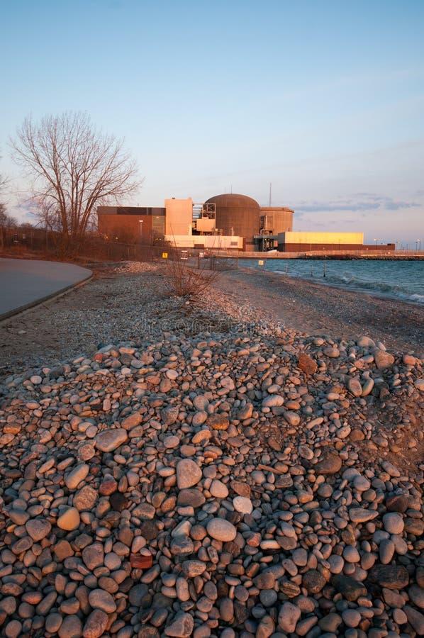 Central nuclear em Pickering, o Lago Ontário imagens de stock royalty free