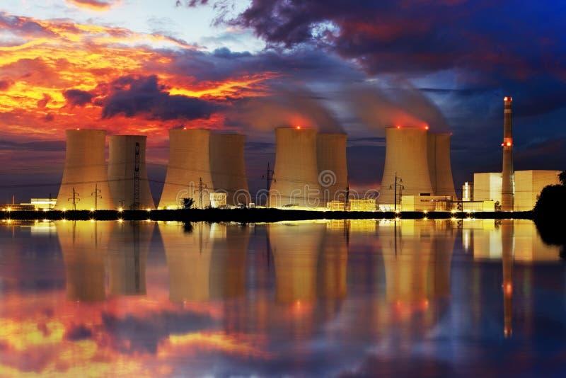 Central nuclear por noche imágenes de archivo libres de regalías
