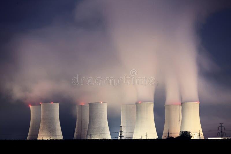 Central nuclear por noche imagen de archivo