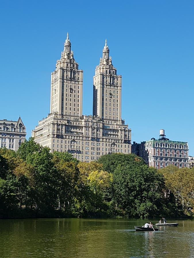 Central Park往NYC的湖视图 免版税库存照片