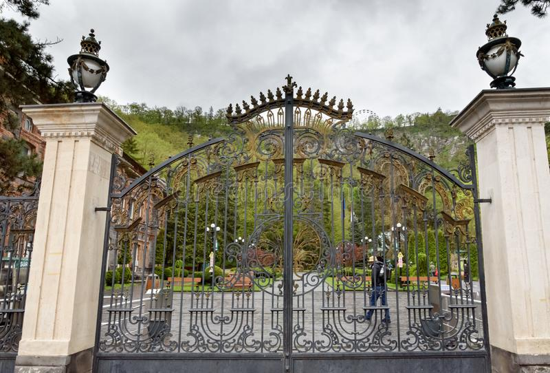 Central Park brama w Borjomi - balneological kurort z sławną wiosną woda mineralna zdjęcia royalty free