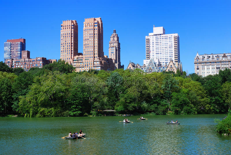 Central Park com o barco no lago fotografia de stock royalty free