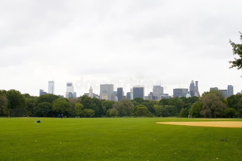Central Park com vista na skyline de Manhattan fotografia de stock