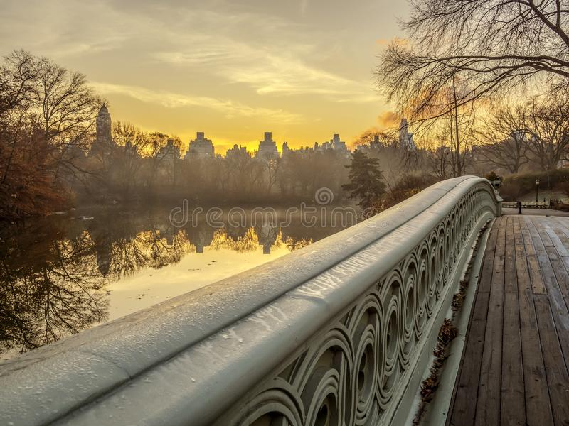 Central Park del puente del arco imagen de archivo