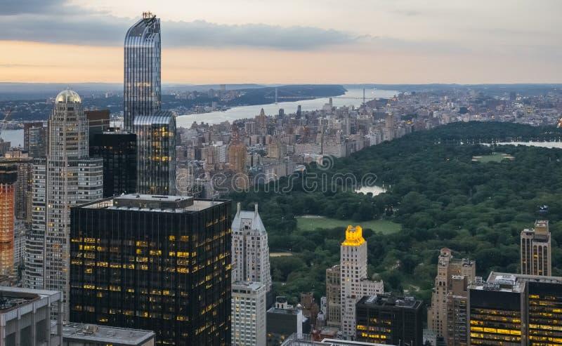 Central Park an der Dämmerung in Manhattan mit Wolkenkratzern im Vordergrund stockfotos