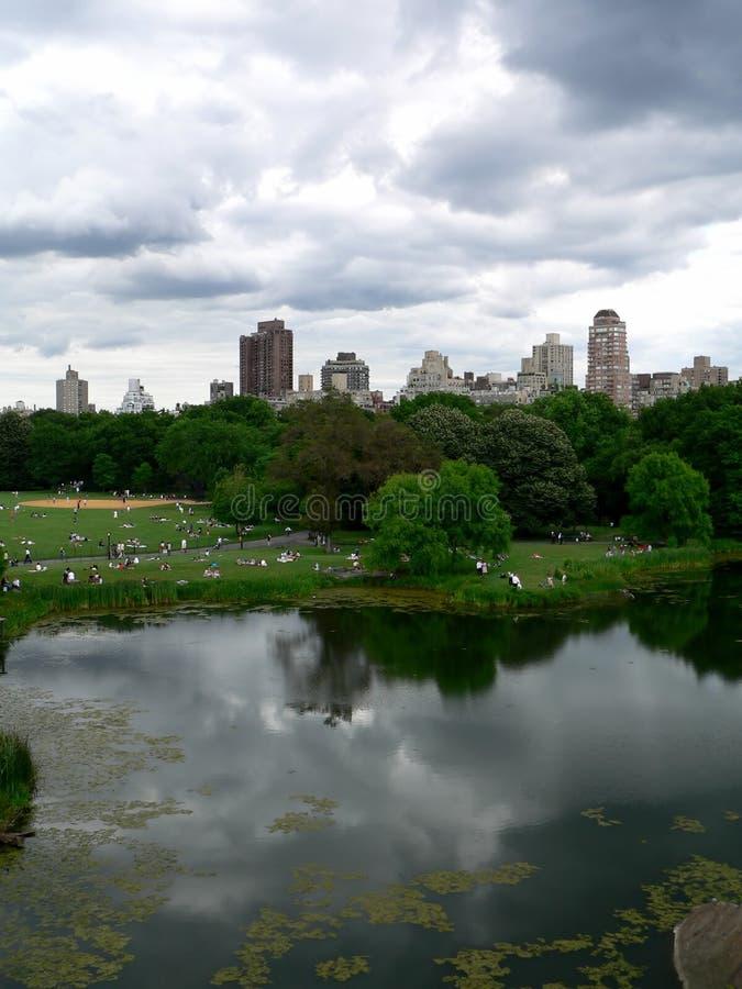 Central Park an einem hellen aber bewölkten Tag lizenzfreies stockbild