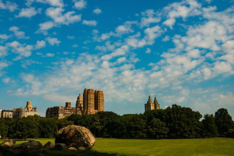 Central Park an einem sonnigen Tag und an einem schönen Kontrast mit Wolkenkratzern und Gebäuden, Manhattan, New York City, USA lizenzfreie stockfotos