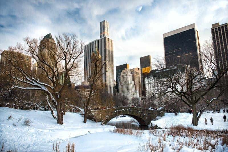 Central Park, New York City en el puente de Gapstow debajo de la nieve en el invierno fotografía de archivo libre de regalías