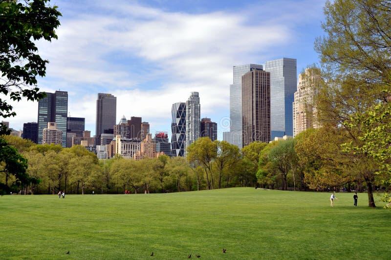 Central Park, NYC: Prado & skyline dos carneiros imagem de stock royalty free