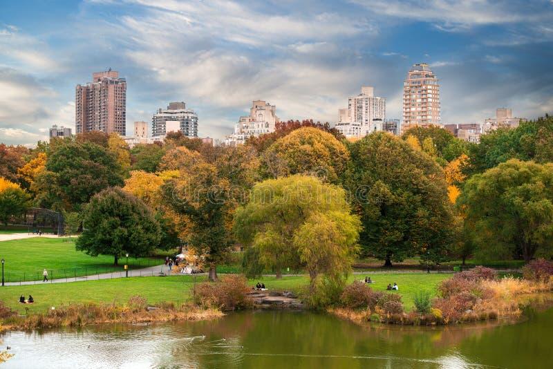 Central Park-Panorama New York City Manhattan mit Herbstsee mit Wolkenkratzern lizenzfreie stockfotos