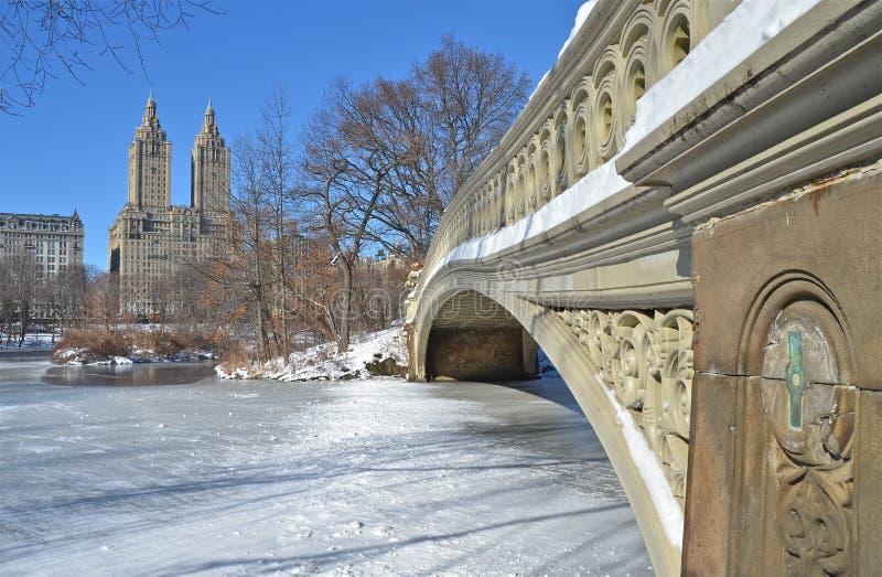 Central Park, ponte da curva de New York City no inverno. foto de stock