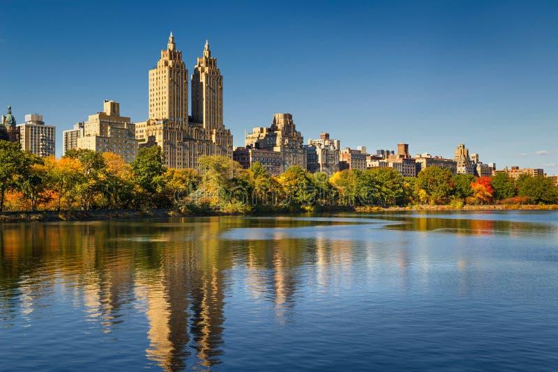 Central Park-Reservoir, Herbstlaub und Upper West Side Manhattan, New York City stockfotos