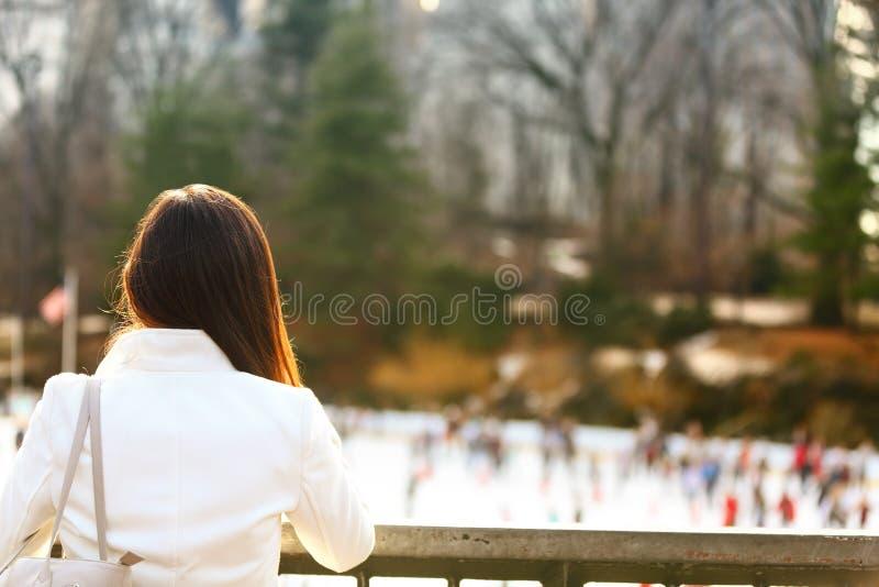 Central Park som åker skridskor isbanan - kvinna i New York City royaltyfria foton