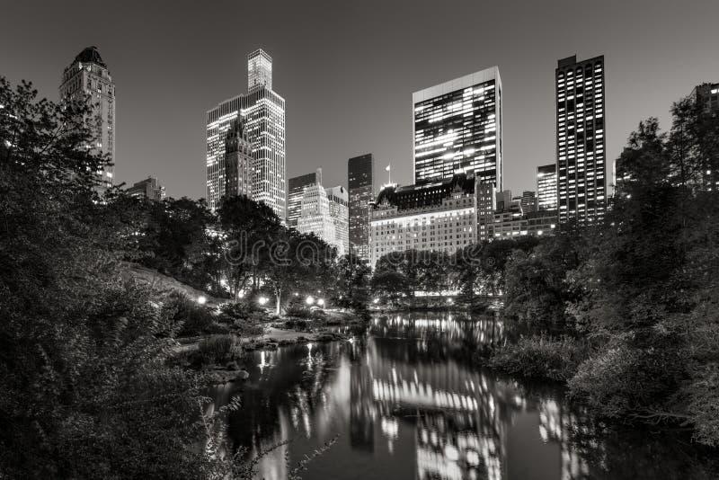Central Park-Teich und belichtete Midtown Manhattan Wolkenkratzer, New York stockfotografie