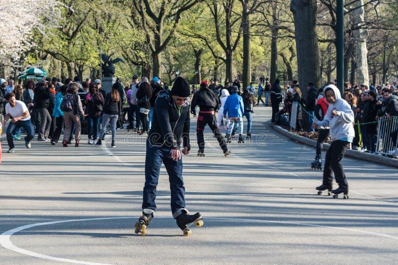 Central Parkrullskateboradåkare arkivfoto