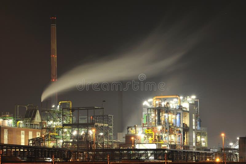 Central química na noite fotos de stock royalty free