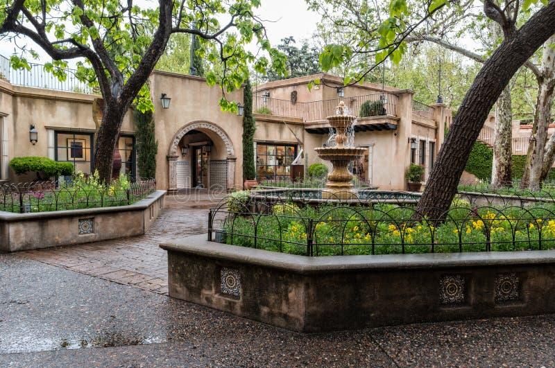 Central springbrunn på Tlaquepaque i Sedona, Arizona royaltyfria bilder