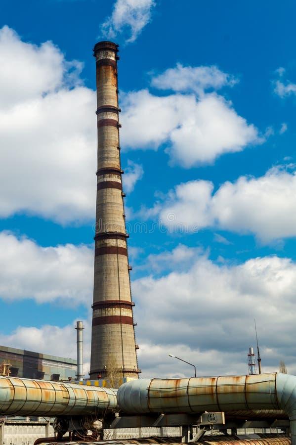 Central térmica, paisagem industrial com chaminé grande imagem de stock royalty free