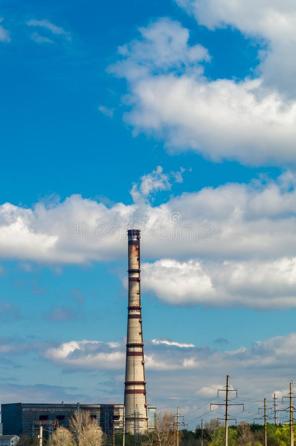 Central térmica, paisaje industrial con la chimenea grande fotografía de archivo