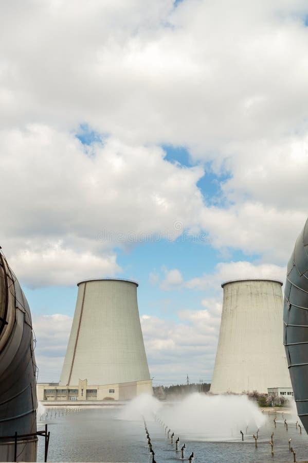 Central t?rmica, paisagem industrial com chamin?s grandes foto de stock
