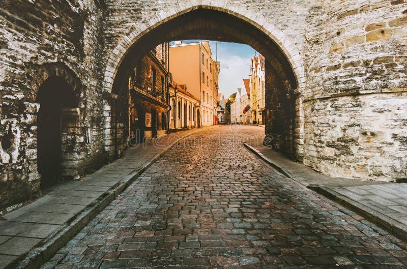 Central touristique de l'Estonie de vieille de ville de Tallinn rue médiévale de pavé rond images libres de droits