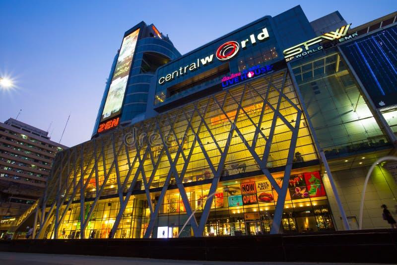 Central världsshoppinggalleria vid natt, en av de största galleriorna i Bangkok, Thailand, Asien arkivbild