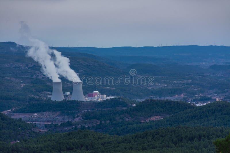 Central y ciudad el nuclear imagen de archivo libre de regalías