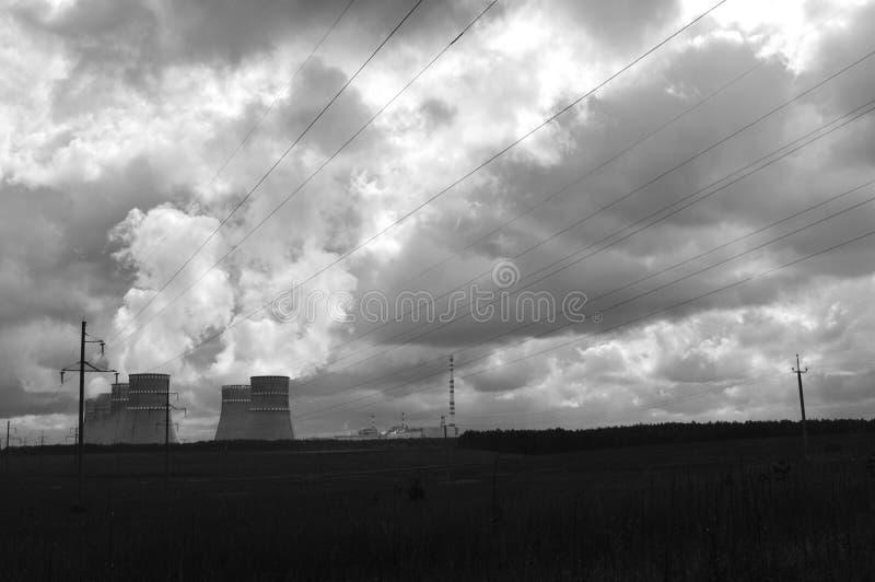 Central y humo nuclear de la chimenea imágenes de archivo libres de regalías