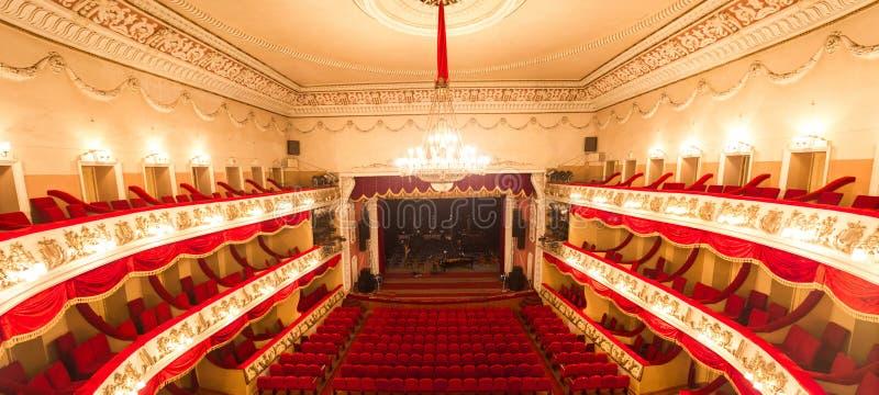Centrala guld- Hall Interior av en konferens Hall Inre royaltyfria foton