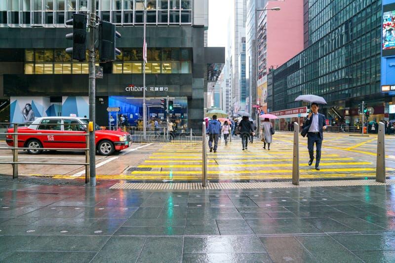 centrala Hong Kong g? f?r folkgata regnig dag royaltyfri foto