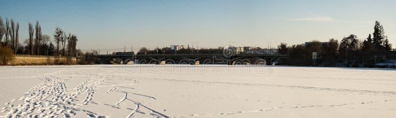 Centrala most nad Południową pluskwy rzeką w zimie fotografia royalty free
