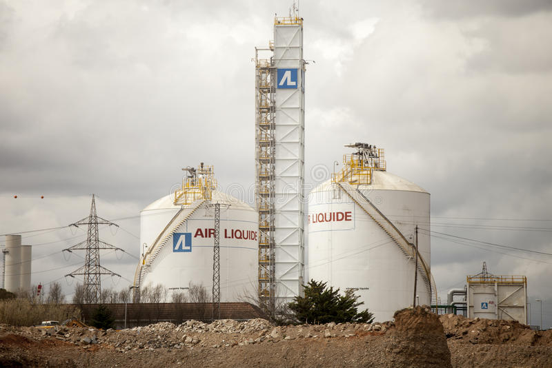 Centrala vätskeväten industriellt område Behållare för lagring för vätskeväten (Spanien) arkivbild