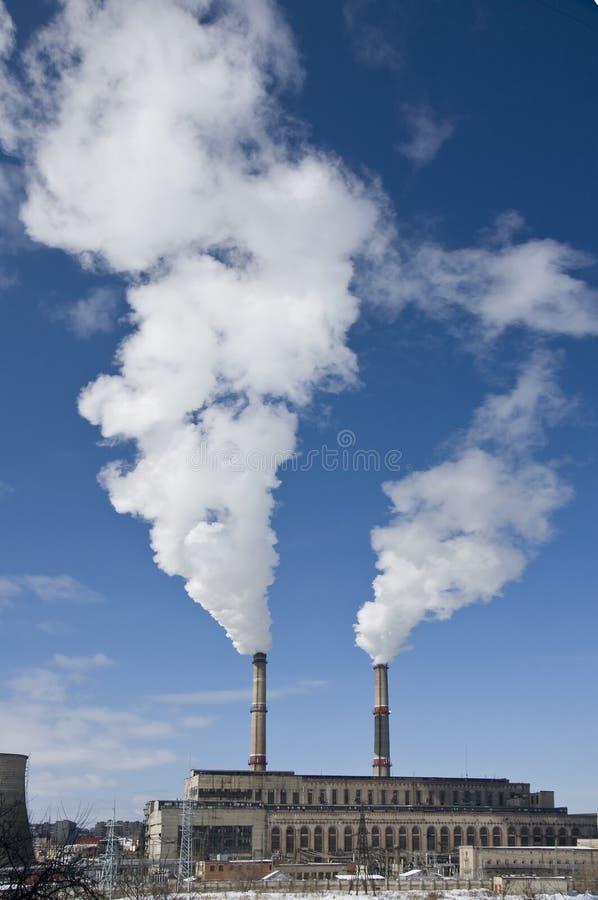 Centrale électrique avec des cheminées image libre de droits